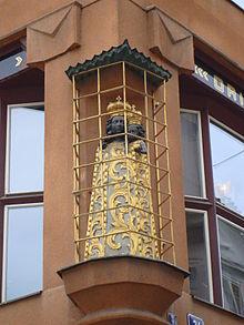 http://upload.wikimedia.org/wikipedia/commons/thumb/3/39/Praga%2C_Stare_Miasto%2C_figura_Czarnej_Madonny.JPG/220px-Praga%2C_Stare_Miasto%2C_figura_Czarnej_Madonny.JPG